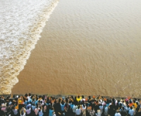 Qiantang River Tide, Qiantang River Tide Guide, Qiantang River Tide Travel Tips, Qiantang River Tide Travel Information.